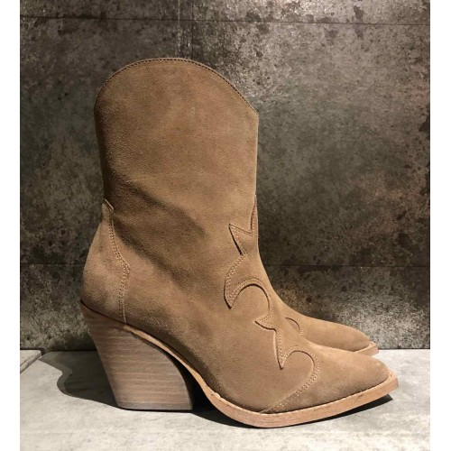 RE: DESIGNED Remsey suede boots beige